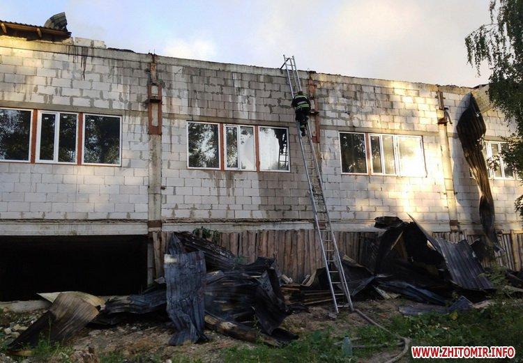 knca 3 - Через перегрівання даху в Житомирській області загорілося підприємство: гасили 19 рятувальників