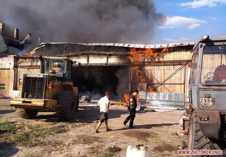 knca 4 - Через перегрівання даху в Житомирській області загорілося підприємство: гасили 19 рятувальників