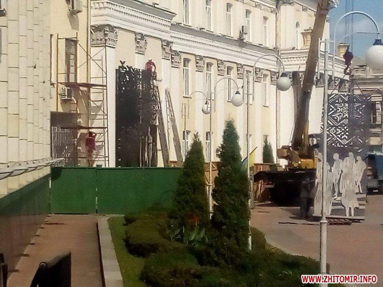 foio - На майдан Корольова в Житомирі привезли 8-метрові конструкції пам'ятника Небесній Сотні