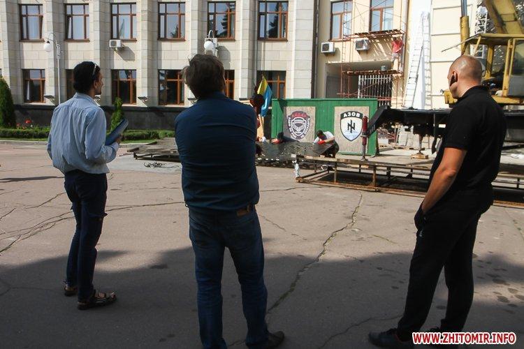 sotNeb 01 - На майдан Корольова в Житомирі привезли 8-метрові конструкції пам'ятника Небесній Сотні