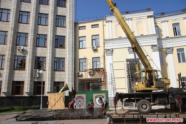 sotNeb 02 - На майдан Корольова в Житомирі привезли 8-метрові конструкції пам'ятника Небесній Сотні