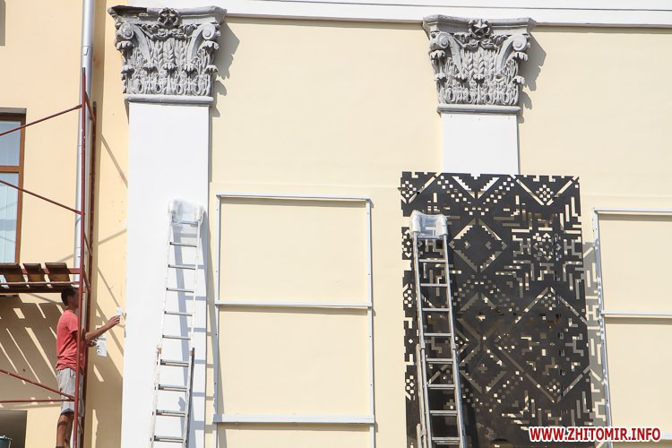 sotNeb 03 - На майдан Корольова в Житомирі привезли 8-метрові конструкції пам'ятника Небесній Сотні