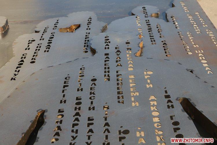 sotNeb 05 - На майдан Корольова в Житомирі привезли 8-метрові конструкції пам'ятника Небесній Сотні