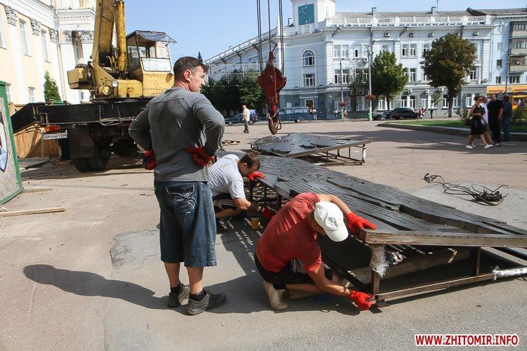 sotNeb 11 - На майдан Корольова в Житомирі привезли 8-метрові конструкції пам'ятника Небесній Сотні