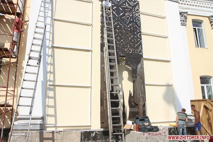 sotNeb 13 - На майдан Корольова в Житомирі привезли 8-метрові конструкції пам'ятника Небесній Сотні