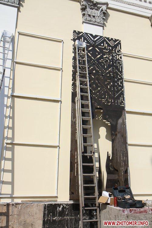 sotNeb 14 - На майдан Корольова в Житомирі привезли 8-метрові конструкції пам'ятника Небесній Сотні