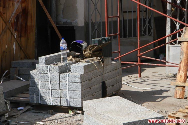 sotNeb 16 - На майдан Корольова в Житомирі привезли 8-метрові конструкції пам'ятника Небесній Сотні