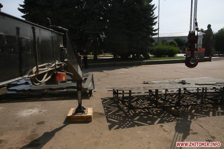 sotNeb 17 - На майдан Корольова в Житомирі привезли 8-метрові конструкції пам'ятника Небесній Сотні
