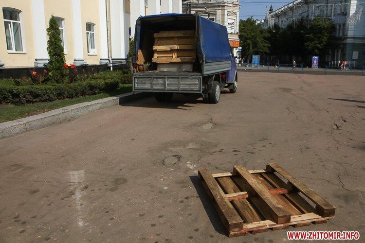 sotNeb 20 - На майдан Корольова в Житомирі привезли 8-метрові конструкції пам'ятника Небесній Сотні