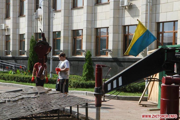 sotNeb 21 - На майдан Корольова в Житомирі привезли 8-метрові конструкції пам'ятника Небесній Сотні