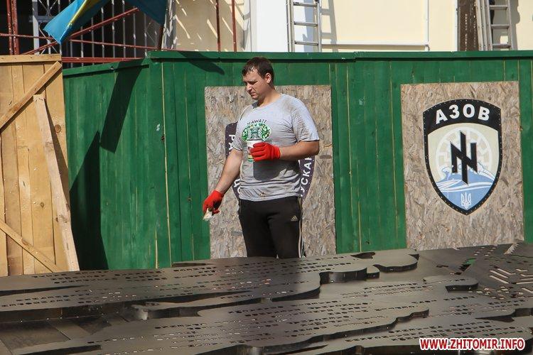 sotNeb 23 - На майдан Корольова в Житомирі привезли 8-метрові конструкції пам'ятника Небесній Сотні