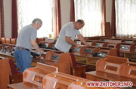 2017 08 16ryadu depyty 3 w440 h290 - У сесійній залі Житомирської облради зменшили кількість рядів для депутатів та зробили прохід посередині