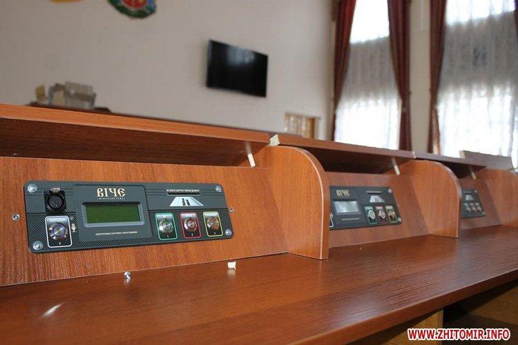 ryadu depyty 2 - У сесійній залі Житомирської облради зменшили кількість рядів для депутатів та зробили прохід посередині