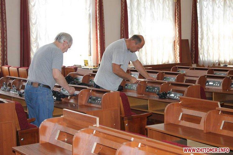 ryadu depyty 3 - У сесійній залі Житомирської облради зменшили кількість рядів для депутатів та зробили прохід посередині