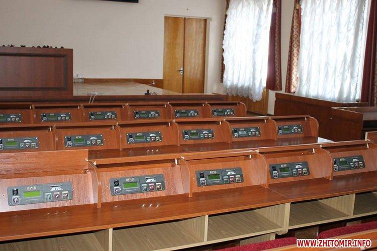 ryadu depyty 4 - У сесійній залі Житомирської облради зменшили кількість рядів для депутатів та зробили прохід посередині