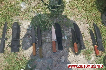 2017 08 16nezakonna zbroya 2 w440 h290 - На ринку в Житомирі поліцейські виявили у чоловіка колекцію ножів, а у жителя Радомишльського району - гвинтівку