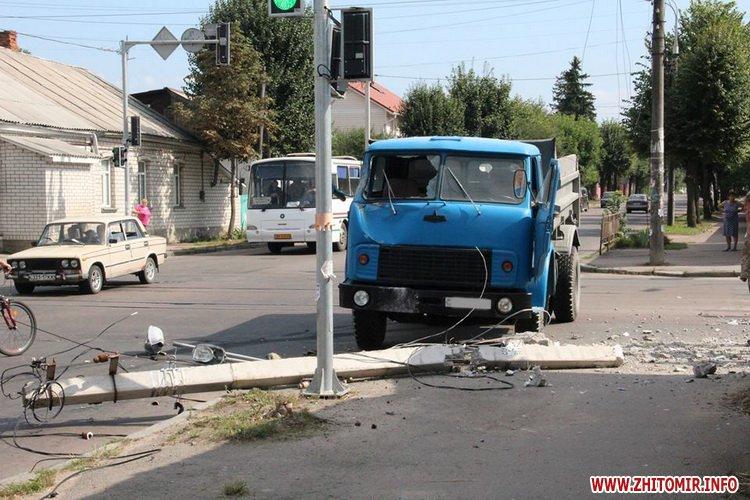 hahwhe 1 - На вулиці Бориса Тена в Житомирі вантажівка знесла стовп