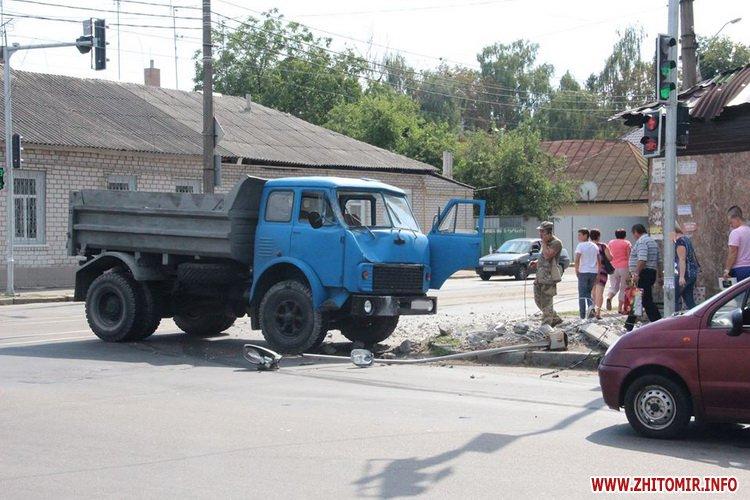 hahwhe 2 - На вулиці Бориса Тена в Житомирі вантажівка знесла стовп