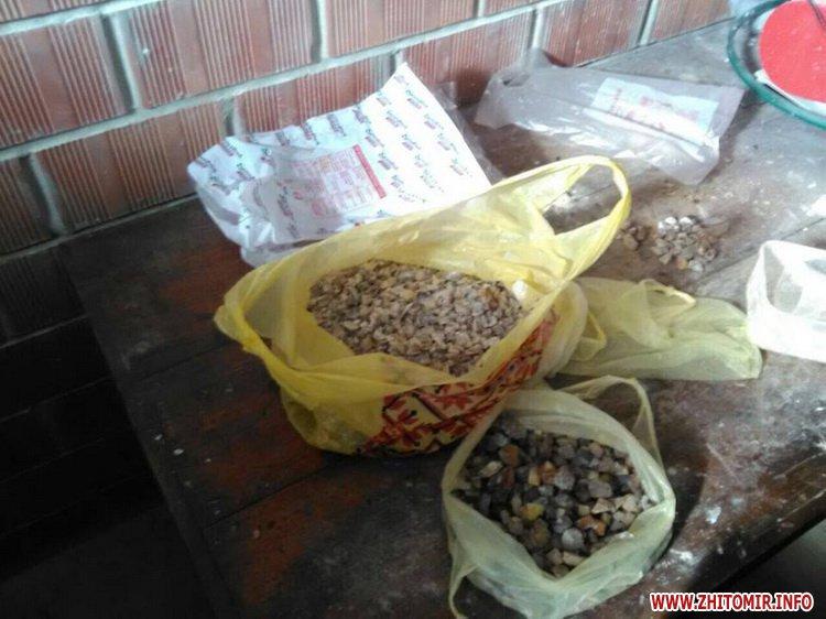 sby kamin 01 - У Житомирській області СБУ «накрила» підпільний цех, в якому скупники бурштину зберігали та оброблювали каміння
