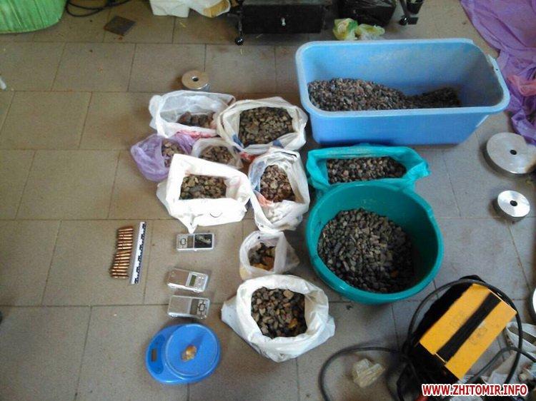 sby kamin 02 - У Житомирській області СБУ «накрила» підпільний цех, в якому скупники бурштину зберігали та оброблювали каміння
