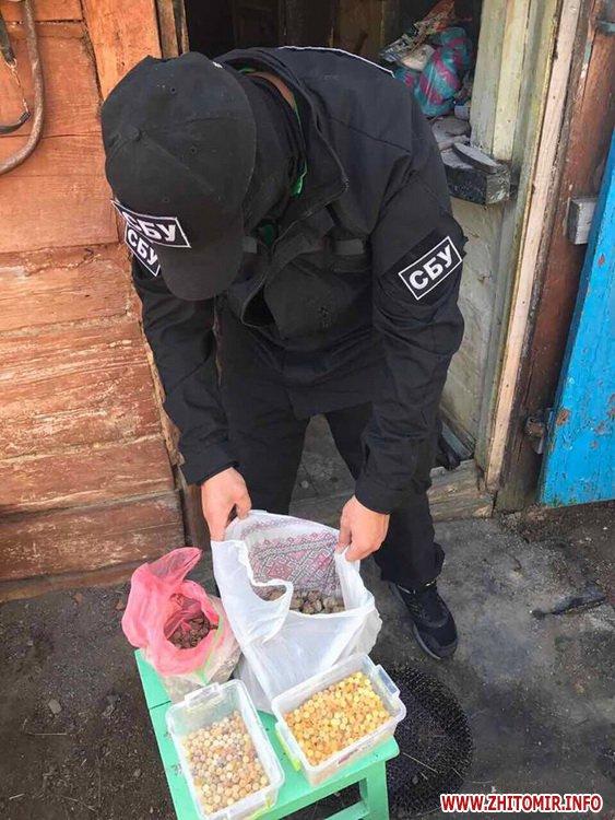 sby kamin 04 - У Житомирській області СБУ «накрила» підпільний цех, в якому скупники бурштину зберігали та оброблювали каміння