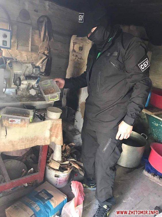 sby kamin 05 - У Житомирській області СБУ «накрила» підпільний цех, в якому скупники бурштину зберігали та оброблювали каміння