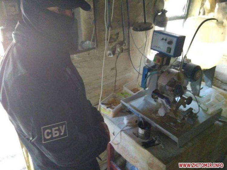 sby kamin 07 - У Житомирській області СБУ «накрила» підпільний цех, в якому скупники бурштину зберігали та оброблювали каміння