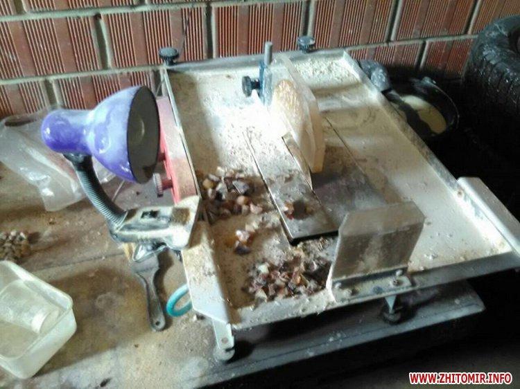 sby kamin 09 - У Житомирській області СБУ «накрила» підпільний цех, в якому скупники бурштину зберігали та оброблювали каміння