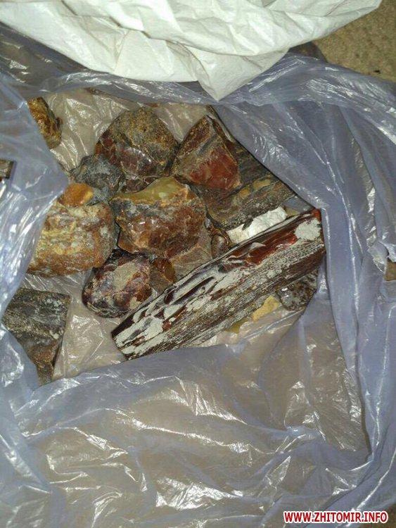 sby kamin 11 - У Житомирській області СБУ «накрила» підпільний цех, в якому скупники бурштину зберігали та оброблювали каміння
