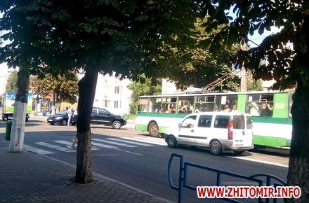 2017 08 17poYoy w440 h290 - Тролейбуси об'їжджали ДТП біля магазину «Природа» в Житомирі