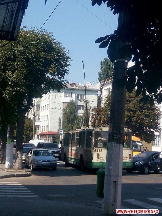 muDSj 2 - Тролейбуси об'їжджали ДТП біля магазину «Природа» в Житомирі