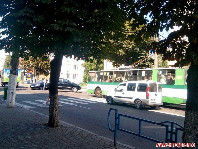 poYoy - Тролейбуси об'їжджали ДТП біля магазину «Природа» в Житомирі