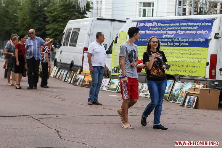 kniga miry 01 - На майдан Корольова у Житомирі привезли Картину Миру, яку малювали 10 тисяч українців