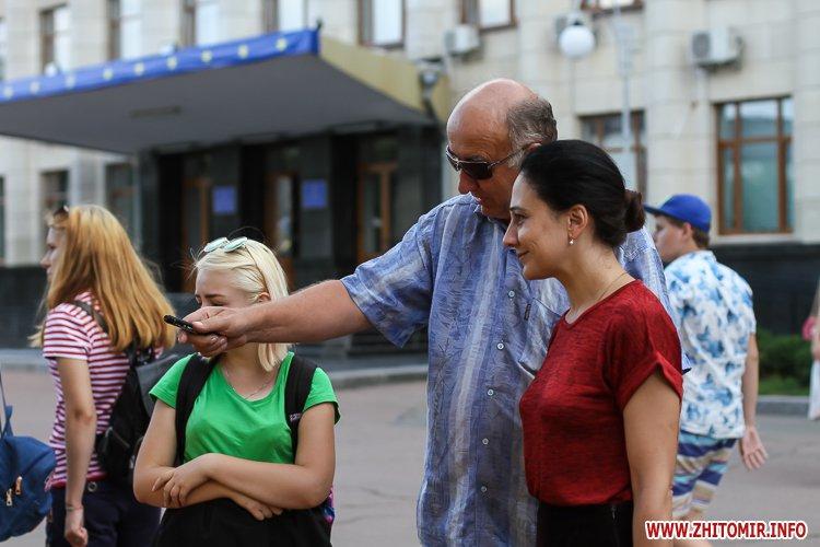kniga miry 15 - На майдан Корольова у Житомирі привезли Картину Миру, яку малювали 10 тисяч українців