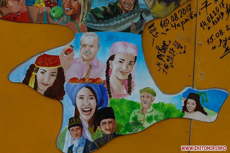 kniga miry 18 - На майдан Корольова у Житомирі привезли Картину Миру, яку малювали 10 тисяч українців