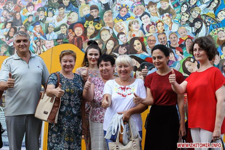 kniga miry 21 - На майдан Корольова у Житомирі привезли Картину Миру, яку малювали 10 тисяч українців