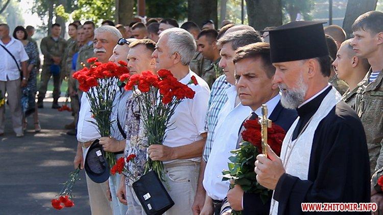Den VDV 01 - У День ВДВ на військовому цвинтарі у Житомирі більше сотні десантників вшанували пам'ять побратимів
