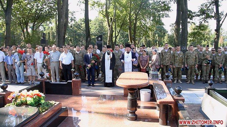 Den VDV 02 - У День ВДВ на військовому цвинтарі у Житомирі більше сотні десантників вшанували пам'ять побратимів