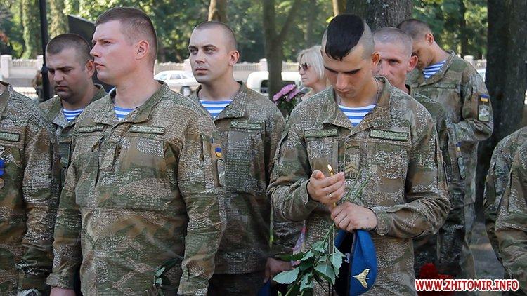 Den VDV 03 - У День ВДВ на військовому цвинтарі у Житомирі більше сотні десантників вшанували пам'ять побратимів
