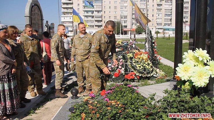 Den VDV 06 - У День ВДВ на військовому цвинтарі у Житомирі більше сотні десантників вшанували пам'ять побратимів