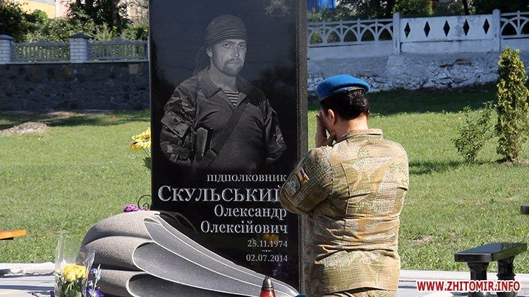 Den VDV 07 - У День ВДВ на військовому цвинтарі у Житомирі більше сотні десантників вшанували пам'ять побратимів