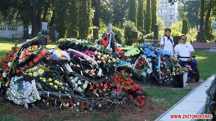 Den VDV 08 - У День ВДВ на військовому цвинтарі у Житомирі більше сотні десантників вшанували пам'ять побратимів