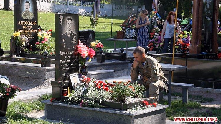 Den VDV 09 - У День ВДВ на військовому цвинтарі у Житомирі більше сотні десантників вшанували пам'ять побратимів