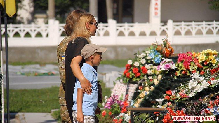 Den VDV 11 - У День ВДВ на військовому цвинтарі у Житомирі більше сотні десантників вшанували пам'ять побратимів