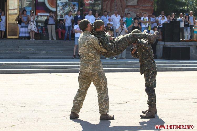 vDvDv 28 - Житомиряни в тільняшках відзначили День ВДВ у центрі міста