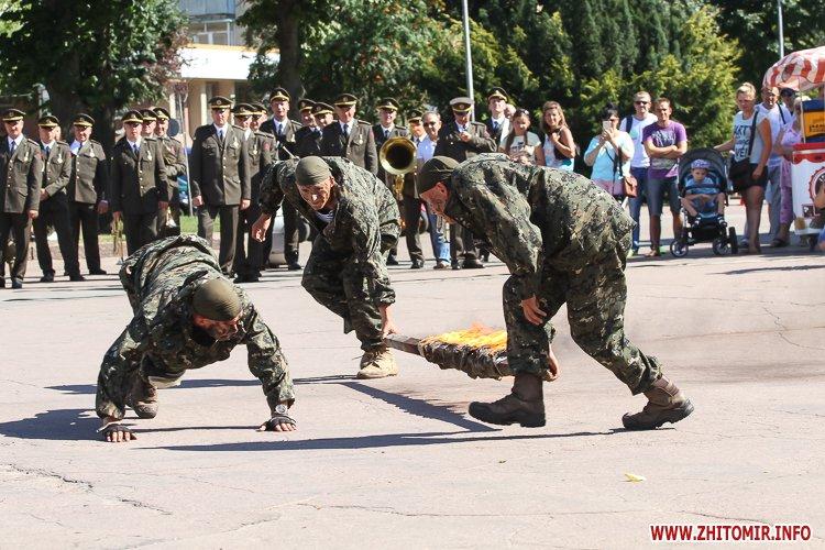 vDvDv 33 - Житомиряни в тільняшках відзначили День ВДВ у центрі міста