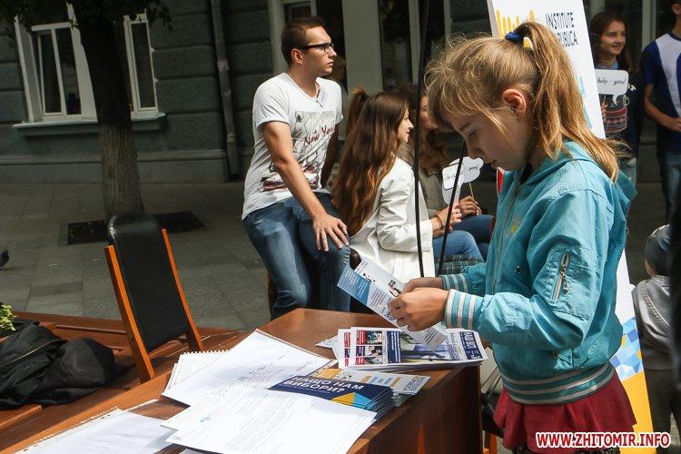 divAn 04 - На Михайлівській житомирянам пропонують посидіти на «Дивані незалежАності» і підписати звернення