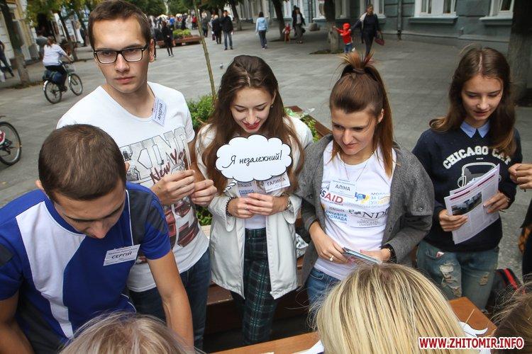 divAn 06 - На Михайлівській житомирянам пропонують посидіти на «Дивані незалежАності» і підписати звернення