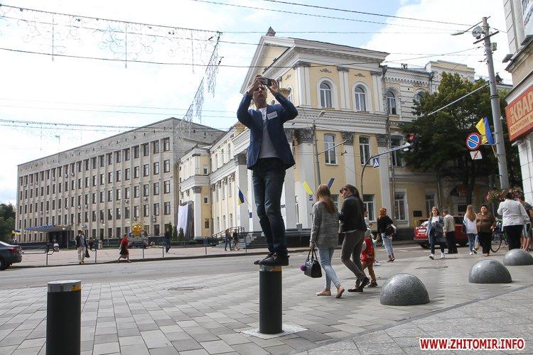 divAn 07 - На Михайлівській житомирянам пропонують посидіти на «Дивані незалежАності» і підписати звернення