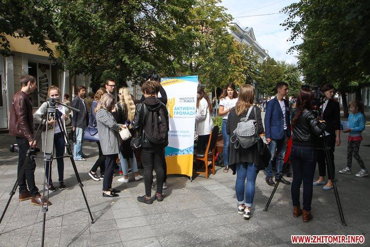 divAn 09 - На Михайлівській житомирянам пропонують посидіти на «Дивані незалежАності» і підписати звернення